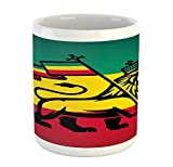 Taza Rasta, Judá, león con una bandera de Rastafari. Tema del reggae en la jungla. Impresión de arte, taza de café de cerámica impresa. Taza de bebidas de té de agua, negro, verde, amarillo y rojo